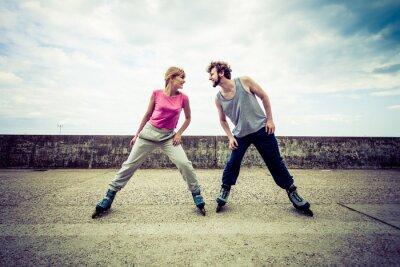 Fototapeta Aktywni młodzi ludzie znajomych na rolkach.