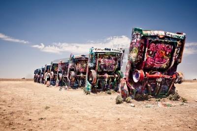 Fototapeta Amarillo, Teksas - 10 lipca: Znani instalacja artystyczna starych samochodów Cadillac w dniu 10 lipca 2011 roku Cadillac Ranch niedaleko Amarillo w Teksasie. Został on stworzony w 1974 roku przez Pana
