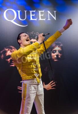 Fototapeta AMSTERDAM, Holandia - 25 kwietnia 2017: statua woskowa Freddie Mercury w Muzeum Madame Tussauds w dniu 25 kwietnia 2017 r. W Amsterdamie w Holandii.
