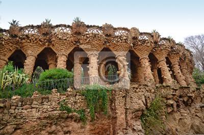 Arcade kamiennych kolumnach w Park Guell, Barcelona