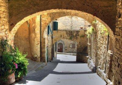 Fototapeta Arch na ulicy w starej wsi, Włochy