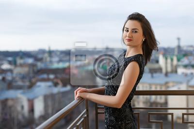 29f85d3b9e Fototapeta Atrakcyjne młode piękne dziewczyny na sobie klasyczną czarną  sukienkę stwarzających na balkonie luksusowego budynku.