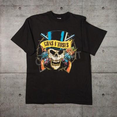 Fototapeta AVEIRO, PORTUGALIA - 20 lipca 2016: koszulka reklamowa Guns n 'Roses. Guns N 'Roses jest najlepiej sprzedającym się zespołem wszechczasów.