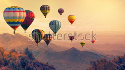 Fototapeta Balon na gorące powietrze nad wysoką górą o zachodzie słońca