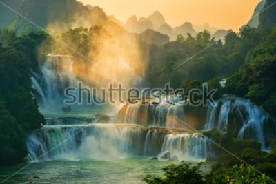 Fototapeta Bangioc - wodospad Detian zawartości się na granicy Chin i Wietnamu, to słynny spadek wody z obu krajów. W pobliżu wodospadu można zobaczyć turystę z łodzi.