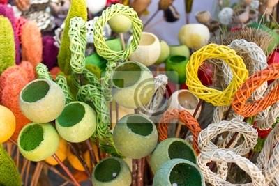 Fototapeta Barwne wyroby wikliniarskie i strąki maku