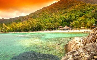 Fototapeta bay w morzu. Domki na piaszczystej plaży