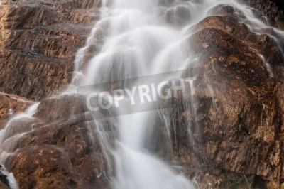 Fototapeta Beautiful strumienie wodospad płynący wśród kamieni i skał w górach. Strzał z długich ekspozycji, która zapewnia jedwabisty efekt wody
