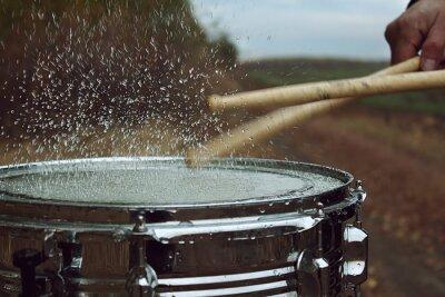 Fototapeta Bęben wodą na nim i splash po uderzeniu w nią