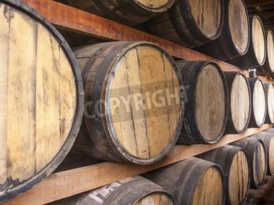 Fototapeta Beczki dębowe ułożone do przechowywania napojów alkoholowych, takich jak wina, whisky, rum, i itp