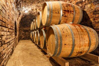 Fototapeta Beczki dębowe w podziemnej piwnicy winiarskiej