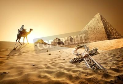 Fototapeta Beduin na wielbłądzie niedaleko piramid i Ankh w pustyni