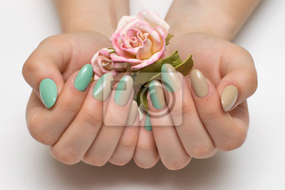 Beżowy Minty Zielony Ombery Manicure Na Długie Owalne Paznokcie
