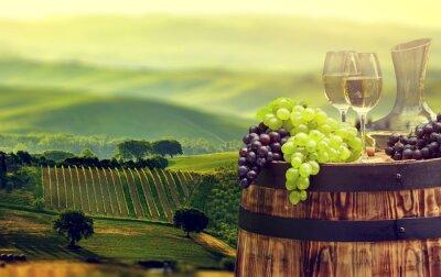 Fototapeta Biała butelka wina i kieliszek wina na wodden beczki. Piękne Tus