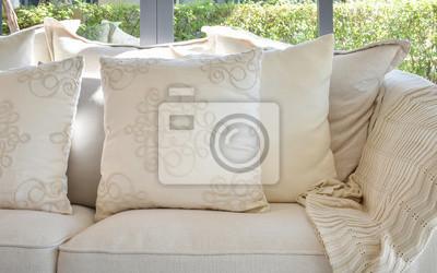 Fototapeta Białe Poduszki Dekoracyjne Na Dorywczo Kanapie W Salonie