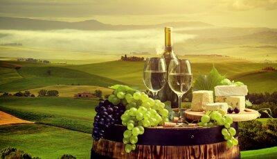 Fototapeta Białe wino z beczki na winnicy w Chianti, Toskania, Włochy