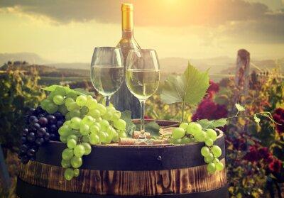 Fototapeta Białe wino z beczki na winnicy w Toskanii we Włoszech