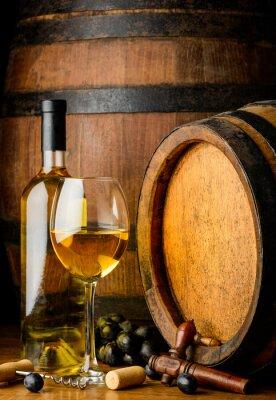Fototapeta białego wina na drewnianej beczce tle