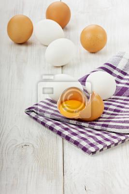 Biały i brązowy jaj na lnianą serwetką