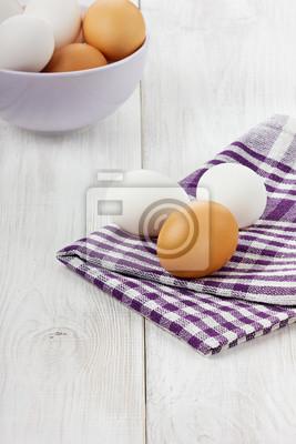 Fototapeta Biały i brązowy jaj na lnianą serwetką