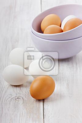 Biały i brązowy jaj w kubek ceramiczny bzu