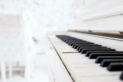 Fototapeta Biały zabytkowe pianino w białym pokoju