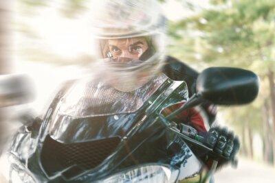 Fototapeta Biker na drodze szybkiej jazdy