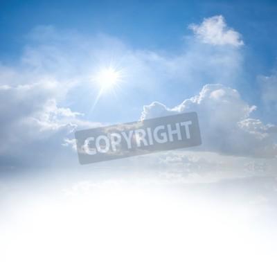 Fototapeta Błękitne niebo z chmury i Słońce odbicie w wodzie z miejscem na tekst