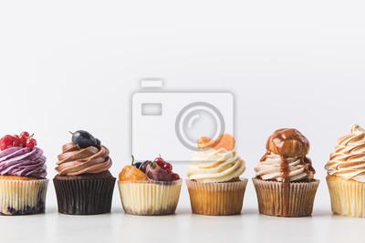 Fototapeta bliska widok różnych słodkie babeczki na białym