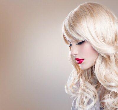 Fototapeta Blonde Kobieta Portret. Piękne Blond dziewczyna z długimi falującymi włosami