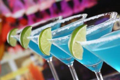 Fototapeta Blue Curacao koktajle w martini Gläsern w einer Bar