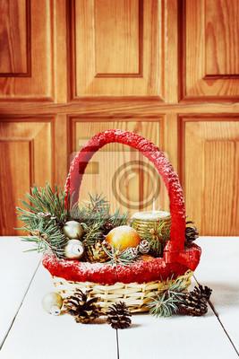 Boże Narodzenie kosz z mandarynki, stożek, kulki, jodła, świec.
