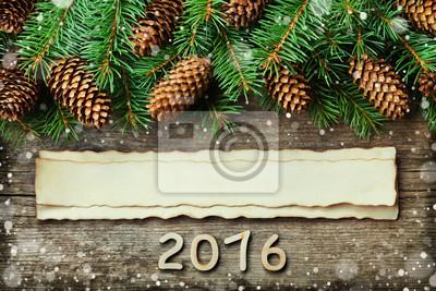 Boże Narodzenie w tle z choinki i iglastych stożka na starego rocznika drewnianej desce, fantastyczny efekt śniegu, drewniane liczby Nowy rok i wieku papieru z miejsca kopiowania tekstu, widok z góry