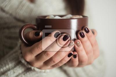 Fototapeta Brązowy kubek z kakao i ptasie mleczko w rękach dziewczynki. M