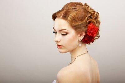 Fototapeta Bride. Złoty Kobieta włosów z czerwonym kwiatem. Naszyjnik Platinum
