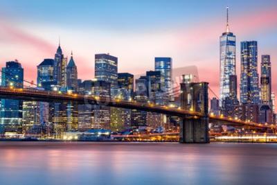 Fototapeta Brooklyn Bridge i skyline w Lower Manhattan pod purpurowym słońca