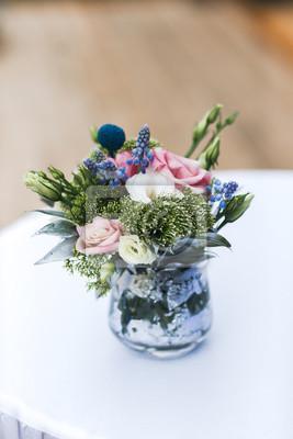 Fototapeta Bukiet Kwiatów W Wazonie Na Stole Dekoracje ślubne Dekoracje