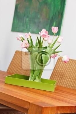 Fototapeta Bukiet z różowych tulipanów kwiaty w wazonie na drewnianym stole