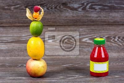 Fototapeta Butelka smoothie ze świeżych jabłek, cytryn, limonek, Miechunka, maliny