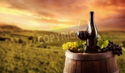 Fototapeta Butelkę czerwonego wina i szkła na drewnianej beczce. Winnica na tle