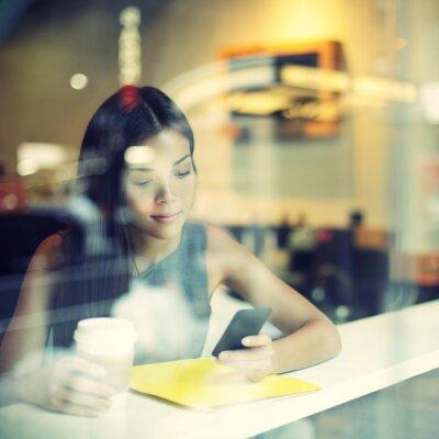 Fototapeta Cafe życia miasta kobieta picia kawy na telefon
