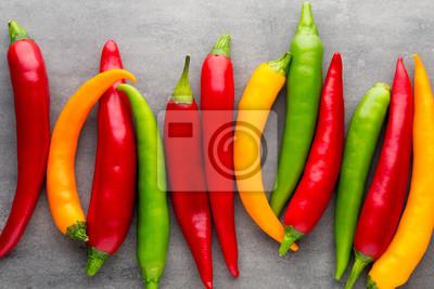 Chili pepper na szarym tle.