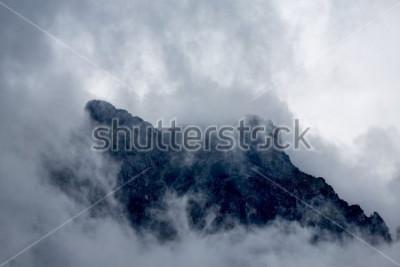 Fototapeta Chmury wokół szczytu góry w Alpach, Europa, Austria