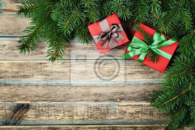 Christmas tła z pudełko i jodły oddział na drewnianym pokładzie tamtejsze, Boże Narodzenie ramki, widok z góry z miejsca na kopię