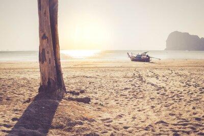 Fototapeta Cień drzewa na plaży z tradycyjnym tajskim długim ogonem