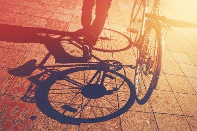 Fototapeta Cień na bruk, Człowiek pchanie rowerów