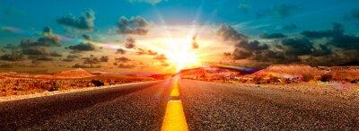 Fototapeta Concepto de Aventuras y viajes por el desierto.Paisaje Carretera y puesta de Sol.