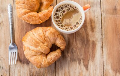 Fototapeta Croissant i kawa na śniadanie na starym drewnianym stole