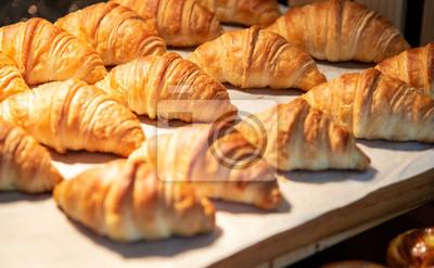 Fototapeta Croissanty w sklepie piekarniczym. świeżo upieczone rogaliki na tekstura tło.