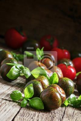 d103b4732527e Fototapeta Czarne pomidory i zielona bazylia, archiwalne tła drewniane,  Selec